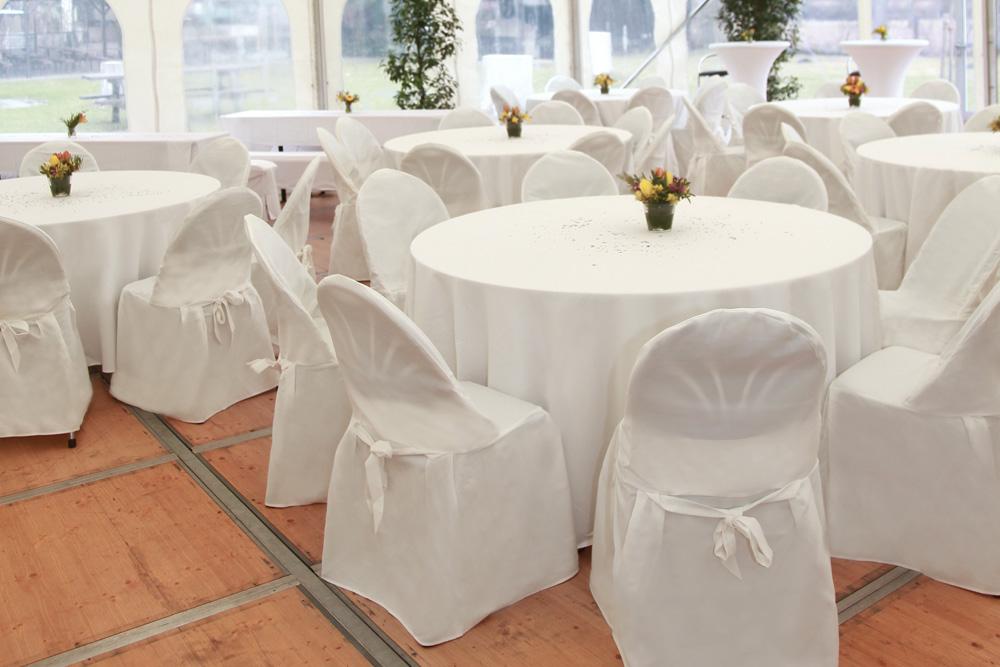 Tische und Stühle mit Hussen